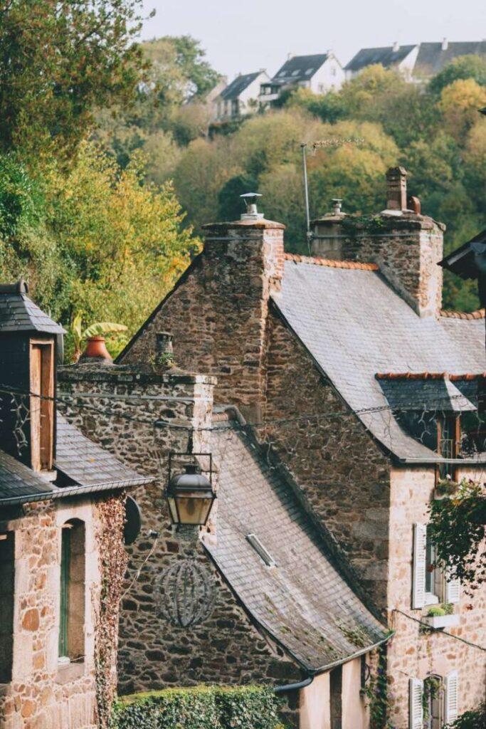 Photo de Maria Orlova de Pexels - Maisons en rangée de roches anciennes avec cheminées, comment nettoyer ma cheminée?